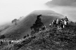 Rasų šventės dalyviai po Saulės sutikimo. Kernavė. 1987 Vytauto Daraškevičiaus nuotrauka