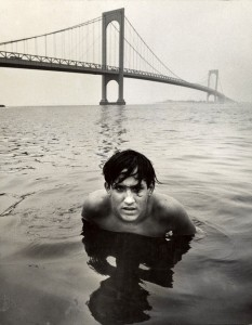 Arthur Tress. Jaunuolis po tiltu. 1970