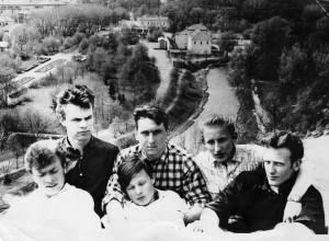 Ant Bekešo kalno. Pirmoje eilėje iš kairės – Antanas Kalanavičius, Algis Krapavickas, Viktoras Brazauskas, antroje – Aloyzas Tendzegolskis, Bronius Kašelionis, Petras Dirgėla. 1966. Asmeninio archyvo nuotrauka