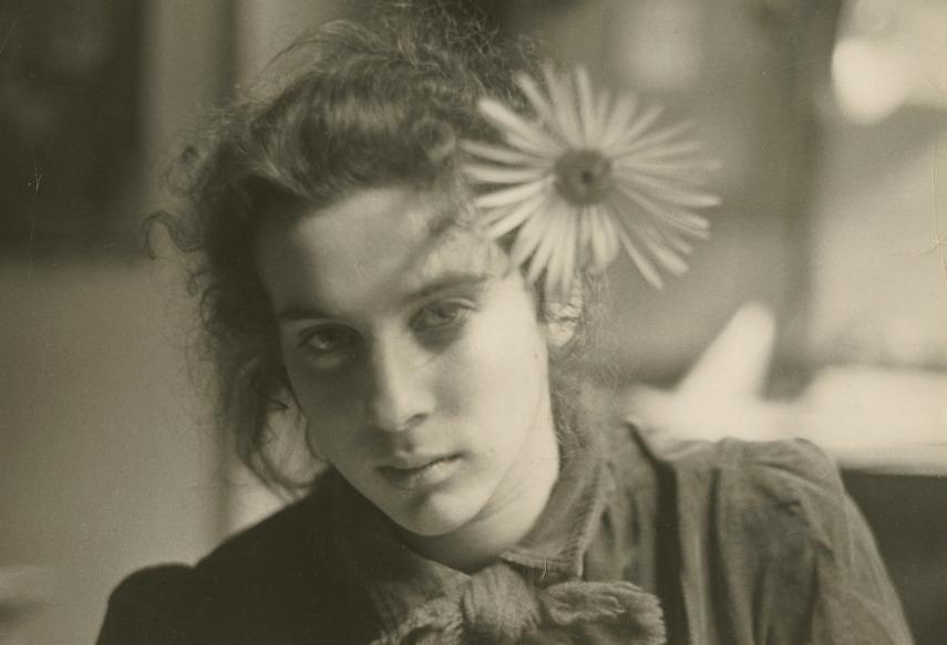 Robert Frank. Marija su didele ramune plaukuose. 1953