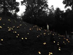 Iš bambukų padarytomis žvakidėmis apšviestas pilkapis Kioto kaimynystėje esančiame Muko mieste. Nuo III a. iki pat budizmo atkeliavimo VI a. Japonijoje vyravo savita pilkapių kultūra. Vis dėlto tarpkultūrinių universalybių ne taip jau ir mažai