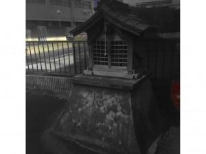 Mažas budistinis altorėlis Minamibatoje, visiškai netoli mano namų. Kioto apylinkėse tokie į daugiausia kaimiškose vietovėse pastatytas mūsų koplytėles paskirtimi panašūs altorėliai nereti. Dharminėse religijose naudojama svastika dažna ir japoniškose budistinėse šventyklose
