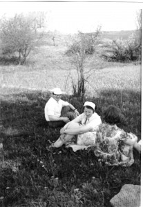 Venantas Mačiekus su žmona Margarita sekmadieninio žygio metu. Vilniaus apylinkės. 1970. Nuotrauka iš šeimos albumo
