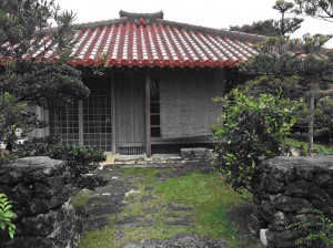 Čerpėmis dengtas tradicinis gyvenamasis namas. Eiliniai vietiniai gyvendavo kuklesniuose nameliuose su šiaudiniais stogais, šių praktiniais sumetimais nebėra.