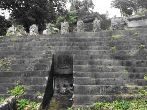 Centrinėje Mijako dalyje dunksantis paminklas senajam salos valdytojui Jonahasedo Tujumiai.