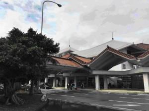 Mijako oro uostas su tradicinėje architektūroje naudojamomis čerpėmis.