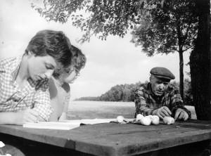 Panemunėlio ekspedicija (Rokiškio r.). Ekonomistė Stasė Laučiškytė ir matematikė Danutė Daleckaitė apie darbo papročius klausinėja Rukšių kaimo gyventoją Praną Šeinauską. 1979