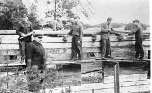 Kunigas Jonas Reitelaitis prie statomo savo namo. 1957