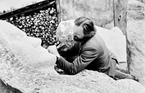 """Jonas Žentelis, savamokslis skulptorius, prie kūrinio """"Gyvybės globėja"""". Apie 1982"""