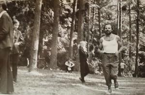 Jonas Žentelis rytais su mokiniais bėgiodavo šile. Vepriai. Ukmergės r. Apie 1974